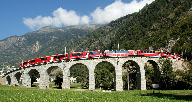 Im Bernina Express die höchste Bahnstrecke über den Alpen erleben